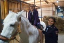 В Бугульме полицейские организовали для детей экскурсию в конный клуб