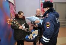 Сотрудники ГИБДД передали автокресло для новорожденного, которому помогли появиться на свет