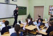 Сотрудники столичной Госавтоинспекции проводят профилактические беседы со школьниками