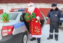 В Березовском районе сотрудники ГИБДД подарили ЮИДовцам мандариновые ёлки. Дорожные полицейских посетили школьные мероприятия накануне зимних каникул. Инспектор вместе с Дедом Морозом показывали видеообращение начальника ГИБДД и дарили необычную ёлку.