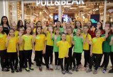 В Татарстане посетители торгового центра приняли участие в познавательном флешмобе, организованном сотрудниками ГИБДД
