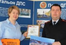 В Красноярском крае автоинспекторы поблагодарили женщину, которая помогла задержать водителя, скрывшегося с места ДТП