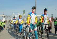Юные чемпионы по велоспорту на площади тюменского парка организовали флешмоб «По переходу – пешком!»