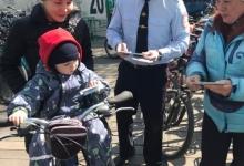 Красноярские госавтоинспекторы вручили удостоверения юным велосипедистам
