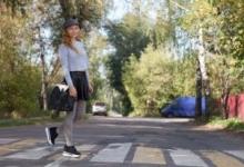 ВОмске красят «зебры» возле школ