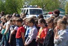 В Кировской области школьники проверили знания ПДД при помощи передвижного автомобильного комплекса