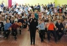 Сотрудники северного города совместно с инспекторами ПДН проводят в школах акцию «Смотри по сторонам»
