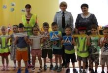 Госавтоинспекторы обучают дошкольников правилам безопасного поведения на дорогах
