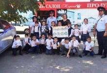 Живыми инсталляциями у пешеходных переходов школьники Кабардино-Балкарии призывают водителей к законопослушному поведению на дороге