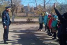 Автоинспекторы Саратовской области продолжают учить школьников правилам безопасного поведения на дорогах