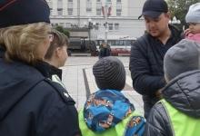 В Калининграде сотрудники Госавтоинспекции совместно с юными инспектора дорожного движения провели акцию «Стань заметнее на дороге».