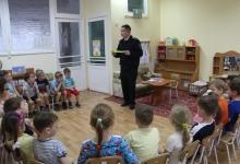 Сотрудники Госавтоинспекции проводят профилактические беседы с дошкольниками