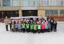 В городе Орске среди дошколят и первоклашек прошел массовый флешмоб, посвященный обеспечению безопасности детей-пешеходов