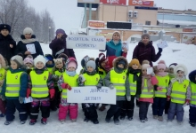 В преддверии зимних каникул юные инспекторы движения напомнили водителям и пешеходам о правилах безопасного поведения в дорожно-транспортной среде