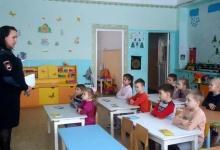 В регионе сотрудники ГИБДД провели профилактическое занятие «Дорожная азбука» с воспитанниками детских садов