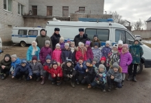Госавтоинспекторы Бологовского района разрешили первоклассникам примерить бронежилеты