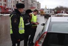 Волонтёры и сотрудники ГИБДД в Богородске подарили автолюбителям «автобэйджики» со справочной информацией