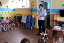 Маленькие братчане поздравили с Днём защитника Отечества посетившего детский сад дорожного полицейского
