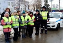 С праздником, с Днем защитника Отечества, поздравили ЮИДовцы инспекторов ГИБДД