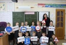 Сотрудники Госавтоинспекции напомнили учащимся школы № 215 о правилах безопасного поведения на дорогах и улицах