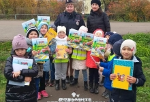 Воспитанники детского сада из Татарстана помогли сделать путь безопаснее, нанеся предупреждающие надписи «Возьмите ребёнка за руку»