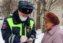 Сотрудники Госавтоинспекции Москвы осуществляют профилактическую работу среди граждан пожилого возраста