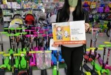 Сотрудники Госавтоинспекции проводят разъяснительную работу в местах продаж детских удерживающих устройств