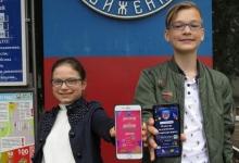 Сотрудники Госавтоинспекции Севастополя дарят детям страны электронные заставки по дорожной безопасности