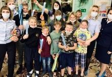 Большеулуйские автоинспекторы в честь дня защиты детей подарили воспитанникам детского дома игровые приставки