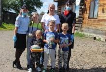 В Енисейске сотрудники ГИБДД поздравили детей сослуживцев с Днем защиты детей