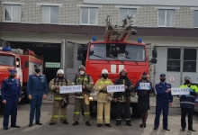 Выстроив живую инсталляцию, автоинспекторы вместе с сотрудниками МЧС призвали брянских водителей к соблюдению правил дорожной безопасности