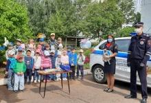 Автоинспекторы и ЮИДовцы поздравили жителей Татарстана с Международным днем светофора