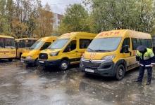 Сотрудники ГИБДД проверяют техническое состояние школьных автобусов