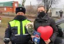 В Орловской области в преддверии Дня матери сотрудники Госавтоинспекции дарили мамам-водителям розы