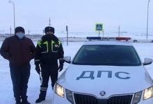 ВТатарстане автоинспекторы спасли мужчину, который замерзал наобочине трассы.