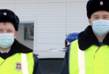 Свердловские автоинспекторы пришли на помощь пассажирам застрявшего в лесу автомобиля