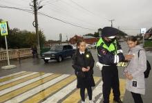 """В Дигорском районе сотрудники Госавтоинспекции провели акцию «Пешеход, засветись! """"» и напомнили школьникам правила дорожного движения"""