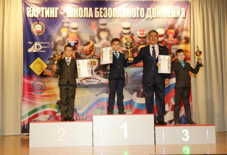 Президент Татарстана Рустам Минниханов  наградил лучших картингистов 2018 года