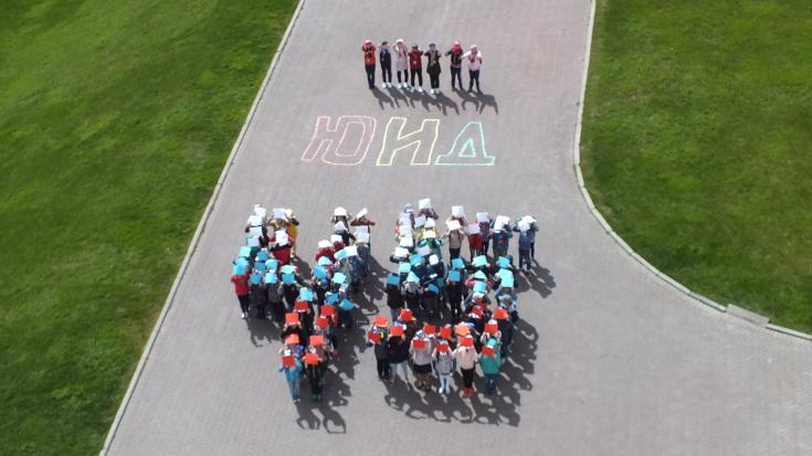Более ста юных пешеходов и велосипедистов устроили флешмоб на тему соблюдения ПДД в Казанском Кремле