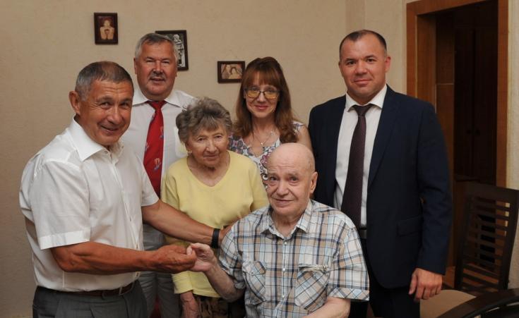 Начальник УГИБДД МВД по Республике Татарстана Ленар Габдурахманов поздравил почетного ветерана ГИБДД Рината Камалова с юбилеем