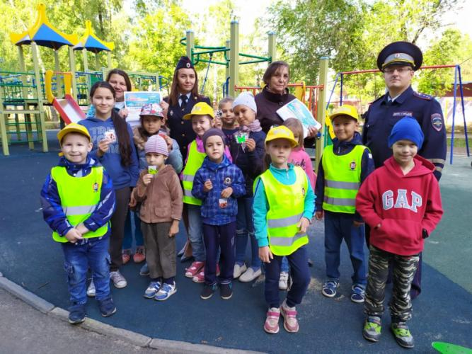 В рамках мероприятия «Уютный безопасный дворик» ЮИДовцы Татарстана провели экспресс-курсы по правилам дорожного движения для детей