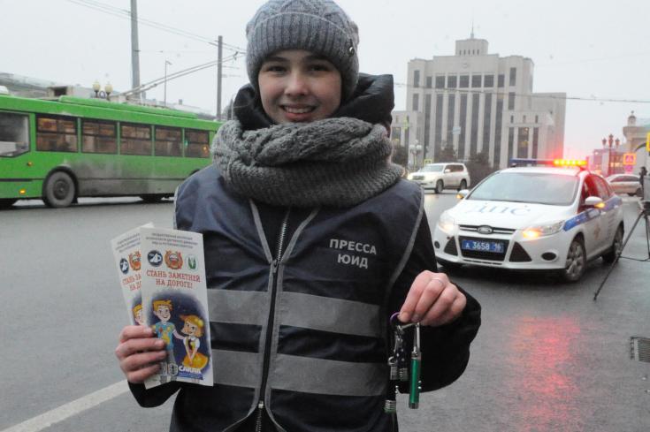 В Татарстане проходят акции по популяризации карманных фонарей для пешеходов
