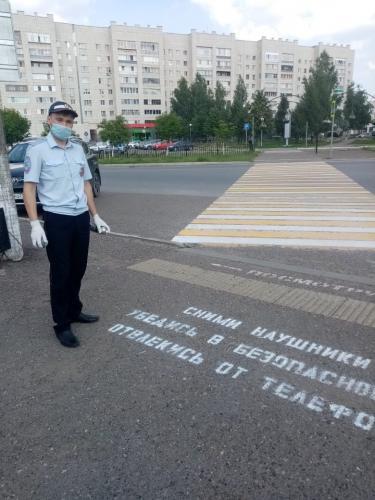 Сотрудники Госавтоинспекции Татарстана нанесли предупреждающие надписи перед пешеходными переходами