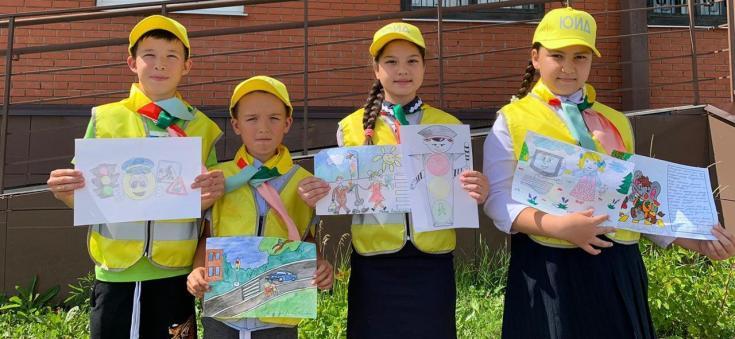 Автоинспекторы и ЮИДовцы поздравили татарстанцев с Международным днем светофора