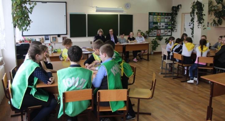 В Красноярском крае автоинспекторы провели для школьников квест по безопасному поведению на дороге