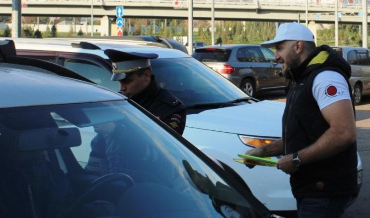В Красноярске госавтоинспекторы и Совет отцов провели совестный рейд возле школы