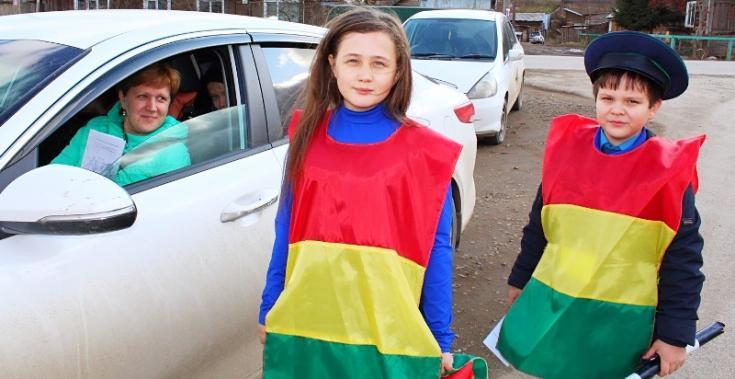 В Богучанах госавтоинспекторы совместно с юными инспекторами движения провели акцию «Ребенок – главный пассажир»