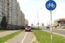 Новая парковая зона с огороженной велодорожкой