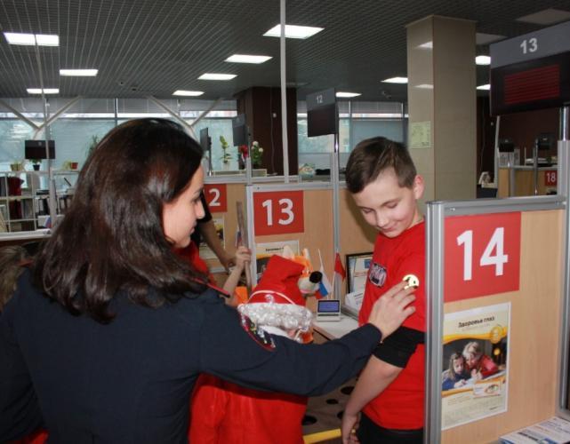 В Московской области автоинспекторы проводят правые ликбезы с посетителями новогодних мероприятий в социально-значимых местах