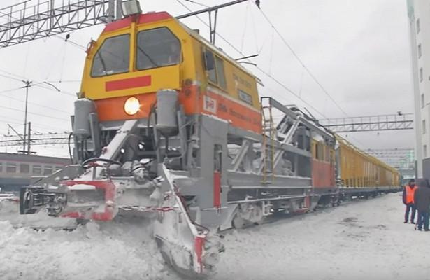 Какубирают снег сжелезнодорожных путей